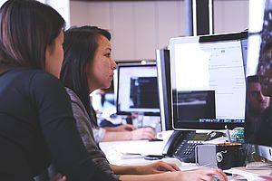 Pair-Programming, das beschreibt in erster Linie ein Konzept einer alternativen Programmiertechnik durch welche unter anderem Fehler vermindert werden sollen